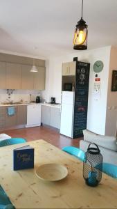 A kitchen or kitchenette at Steersman House
