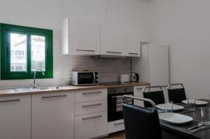 A kitchen or kitchenette at casa tahiche
