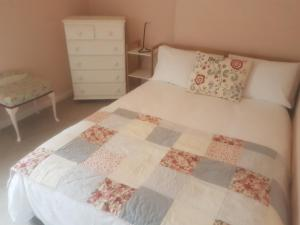 A bed or beds in a room at Beautiful 2 bedroom cottage in the heart of Greenwich