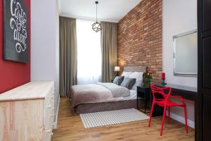 A bed or beds in a room at Loretańska apartament