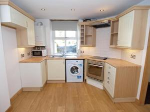A kitchen or kitchenette at Drovers Cottage
