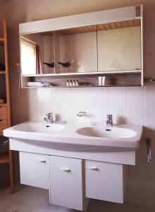 A bathroom at Ferienwohnung Mangeng