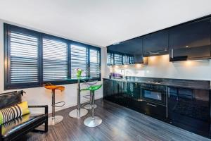 A kitchen or kitchenette at Chelsea Luxury Flat
