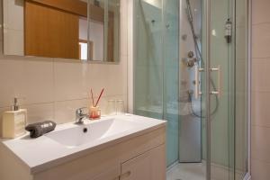 A bathroom at Oporto Stories Apartments