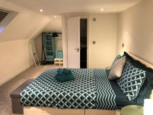 A bed or beds in a room at Muswell Hill-2 bed/2bath duplex apartment