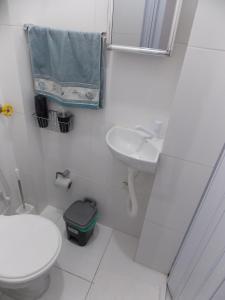 A bathroom at Lindo Apto Vista Ver O Peso