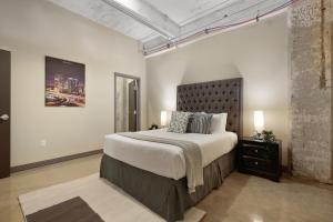 Postel nebo postele na pokoji v ubytování Downtown Dallas Luxury Condos by Hosteeva