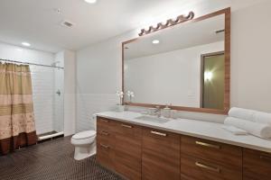 Koupelna v ubytování Downtown Dallas Luxury Condos by Hosteeva