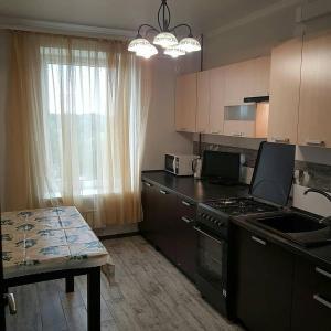 Кухня или мини-кухня в Apartment on Kastanovaya 11
