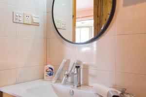 A bathroom at Wuhan Jianghan·Jianghan Road· Locals Apartment 00170370