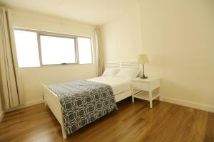 A bed or beds in a room at Ausmine APT near Airport & CBD