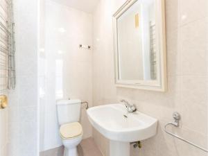 A bathroom at Two-Bedroom Apartment in Estepona