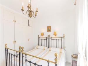 A bed or beds in a room at Two-Bedroom Apartment in Estepona