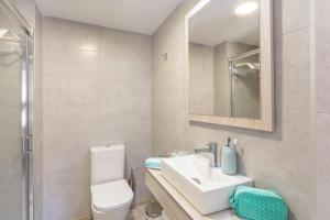 A bathroom at Pierre & Vacances Estartit Playa