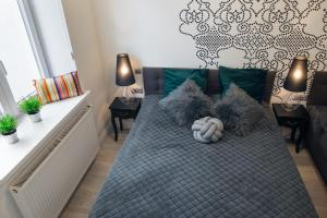 A bed or beds in a room at Cracow Rentals Starowislna 36 Vintage Studio