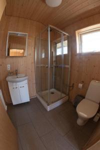 A bathroom at Myllulækur