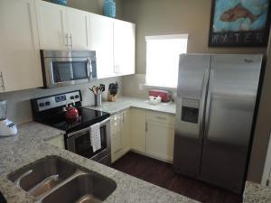 Cuisine ou kitchenette dans l'établissement Lucaya Village 8962