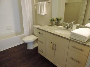 Salle de bains dans l'établissement Lucaya Village 8962