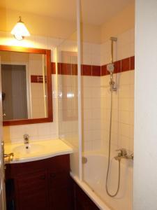 A bathroom at N23, parc d'arradoy-St J P de Port