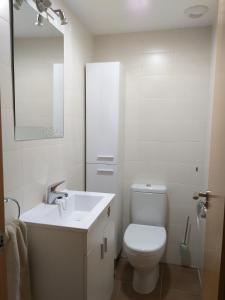 A bathroom at El Puente te está esperando