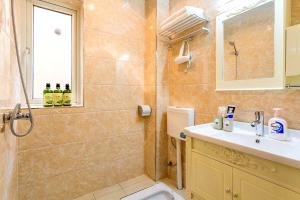 A bathroom at Chongqing Shapingba·Sanxiaguangchang· Locals Apartment 00147970