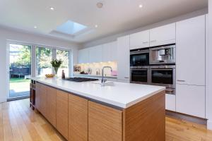 A kitchen or kitchenette at Veeve - Clapham Park Cool