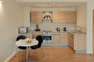 A kitchen or kitchenette at PREMIER SUITES PLUS Glasgow George Square