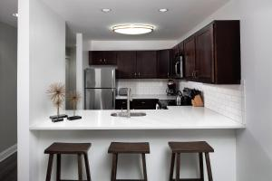 A kitchen or kitchenette at Stay Alfred at The Broderick