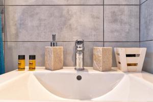 Ένα μπάνιο στο Athens Way Apartments