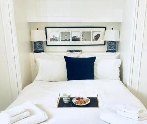 A bed or beds in a room at Kensington Court Apartment