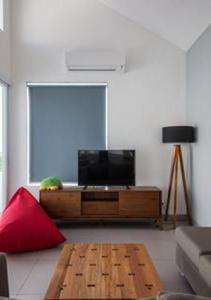 Телевизор и/или развлекательный центр в Villa Omah Bali