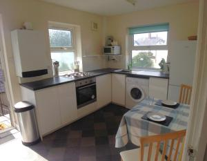 A kitchen or kitchenette at 13 Victoria Road Apartment