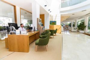 Лобби или стойка регистрации в Eix Alzinar Mar Suites - Adults Only