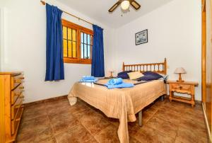 A bed or beds in a room at Punta Prima Apartment Sleeps 4 WiFi
