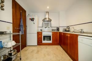 A kitchen or kitchenette at Punta Prima Apartment Sleeps 4 Pool Air Con WiFi