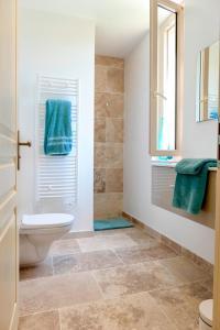 Salle de bains dans l'établissement Flaujagues Villa Sleeps 4 Pool WiFi