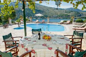 Het zwembad bij of vlak bij Kassiopi Villa Sleeps 8 Pool WiFi