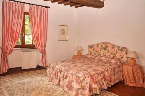 Letto o letti in una camera di Arezzo Villa Sleeps 12 Pool Air Con WiFi