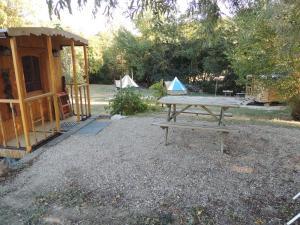 Tennis de table au sein de l'établissement Les roulottes de Cambonis ou à proximité