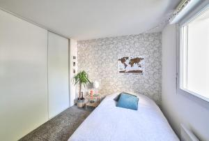 Un pat sau paturi într-o cameră la New! A spacious flat with Balcony - Chartrons