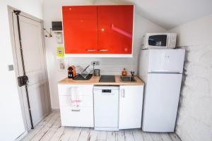 A kitchen or kitchenette at 10 Pressenssé