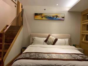Guangzhou City Inn Apartment - Poly D Plaza Branch tesisinde bir odada yatak veya yataklar