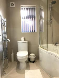 A bathroom at Glaisdale Apartment