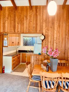 A kitchen or kitchenette at Cosy Warm Arrowtown Cottage