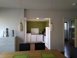 A kitchen or kitchenette at Ostseeallee 32