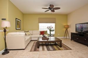 Uma área de estar em Paradise Palms- 5 Bed Townhome w/Splashpool-3024