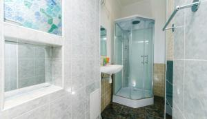A bathroom at Двухкомнатные апартаменты на Льва Толстого