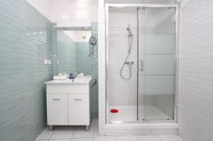 A bathroom at Bleu Mer Duplex & Suites