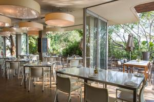 A restaurant or other place to eat at Dash Luxury Apartments