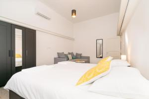 A bed or beds in a room at Loft at Republic Square